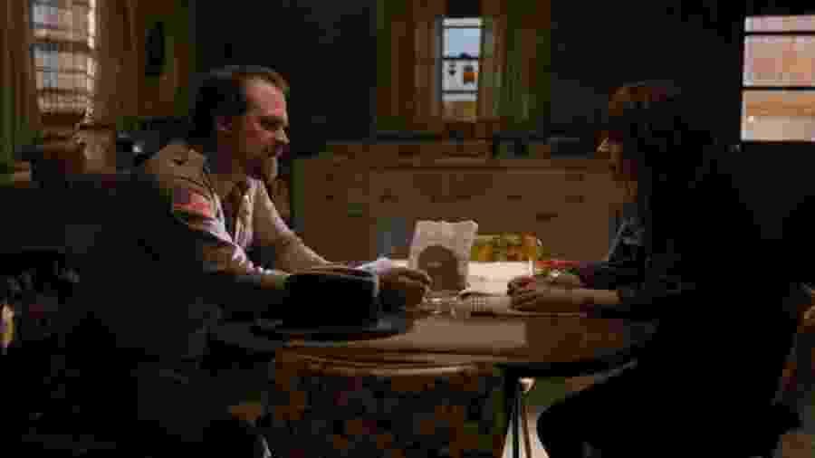 Hooper (David Harbour) aparece fumando em Stranger Things - Divulgação/Variety
