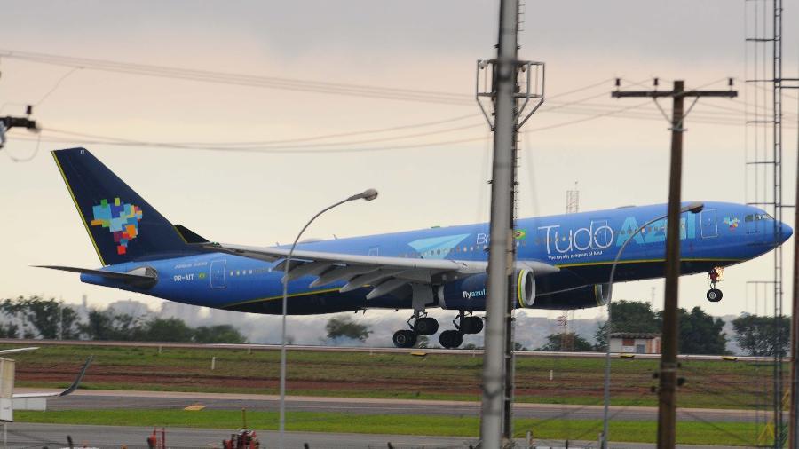 Avião com o corpo de Gugu Liberato chega ao Aeroporto de Viracopos - Wagner Souza/Futura Press/Estadão Conteúdo