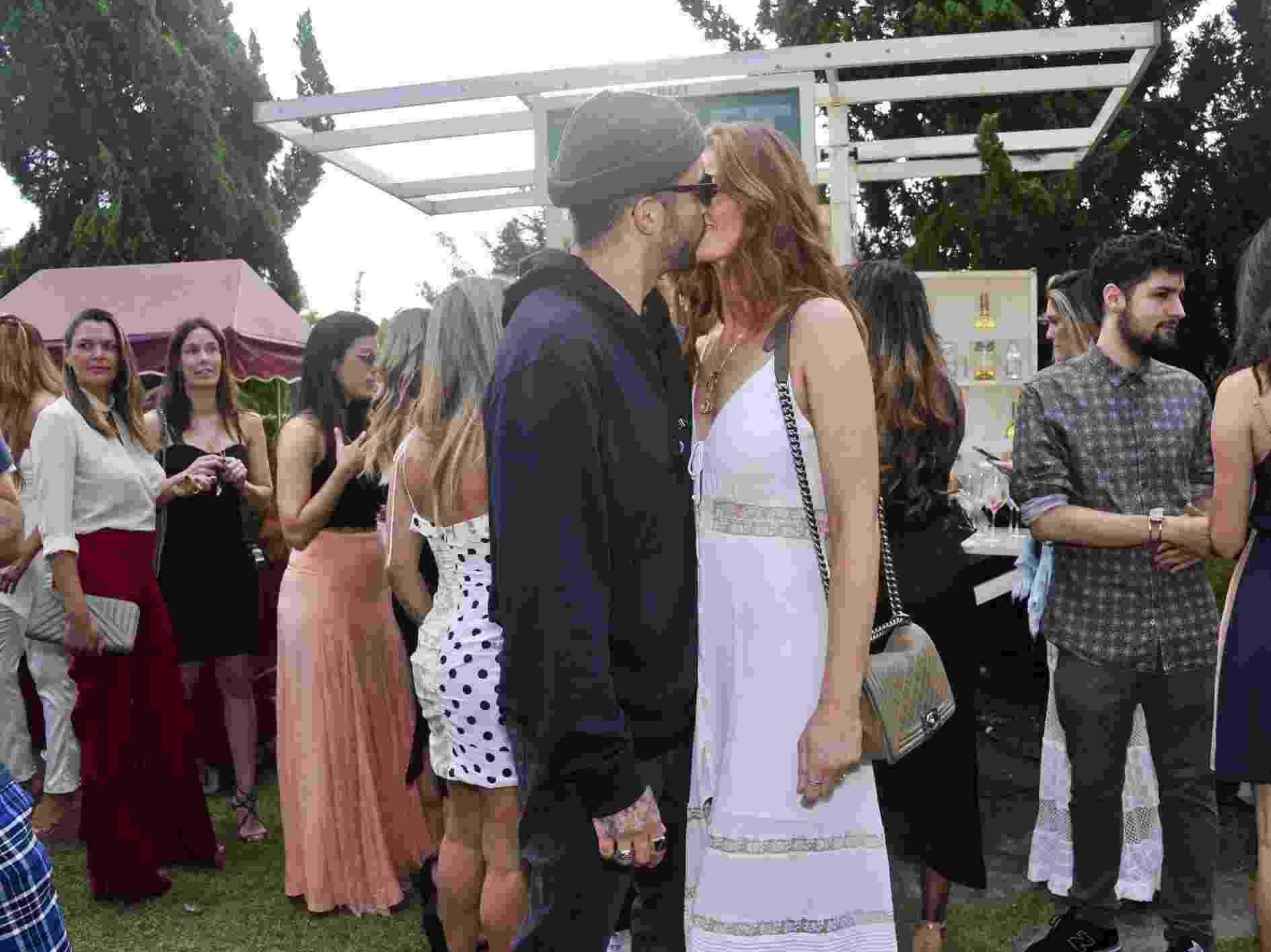 Scooby prestigia a namorada Cintia Dicker em desfile - Samuel Chaves/Brazil News