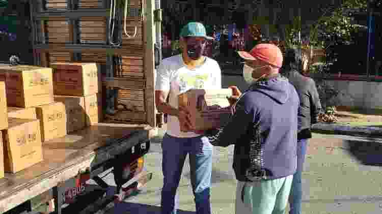 Entrega de cestas básicas no Camisa Verde e Branco - Pedro Borges/Alma Preta - Pedro Borges/Alma Preta