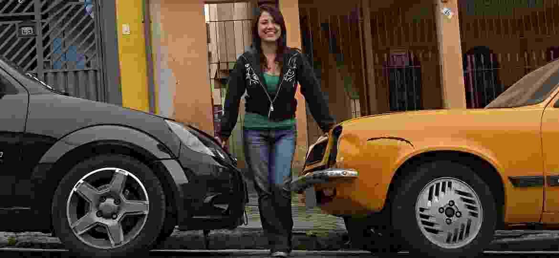 Maiza Hyodo entre seu Ford Ka e seu Chevrolet Chevette - Maiza Hyodo/Acervo Pessoal