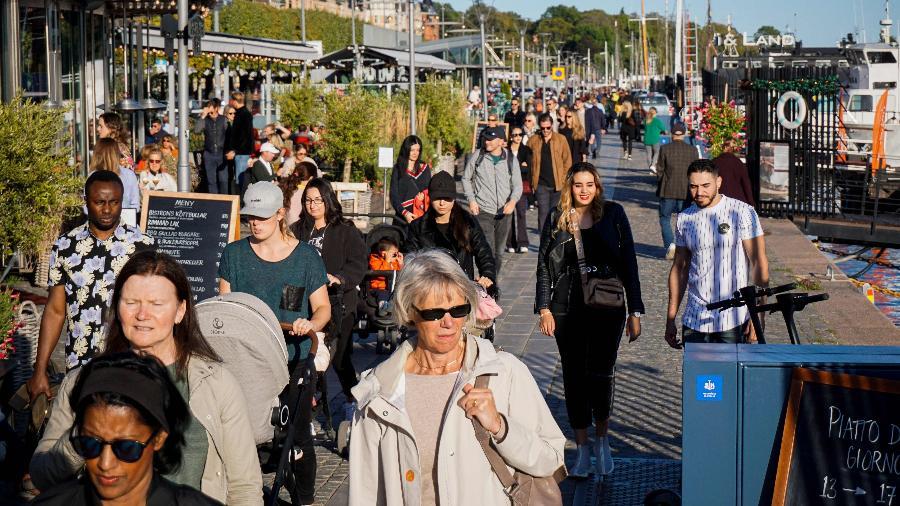 19.set.2020 - Pessoas caminham em Estocolmo, capital da Suécia, sem máscaras durante a pandemia de covid-19 - Jonathan Nackstrand / AFP
