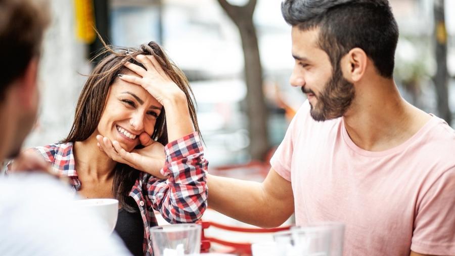 """Casais devem conversar sobre """"regras"""" relacionadas à prioridade afetiva e prática dentro do relacionamento - sanjeri/Getty Images"""