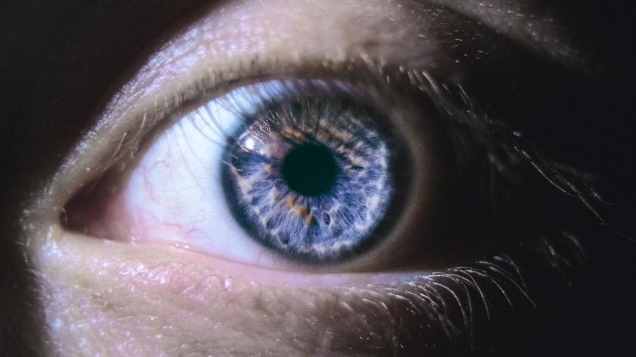 Os cientistas ainda não sabem se a retina é afetada diretamente pelo coronavírus, pela inflamação, por problemas de coagulação causados por eles, ou se por todos esses fatores combinados - Jack B/Unsplash
