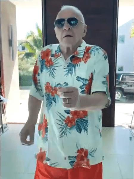 """Anthony Hopkins dança ao som de """"Tu Sonrisa"""", de Elvis Crespo - Reprodução/Twitter"""