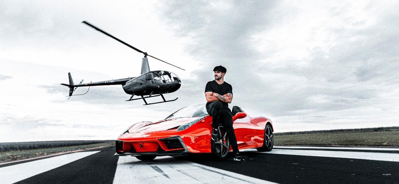 Caio Castro posa com sua Ferrari 458 Spider, agora única, em pista de pouso com direito a helicóptero; responsável por projeto diz que ator pensava em vender esportivo - Divulgação