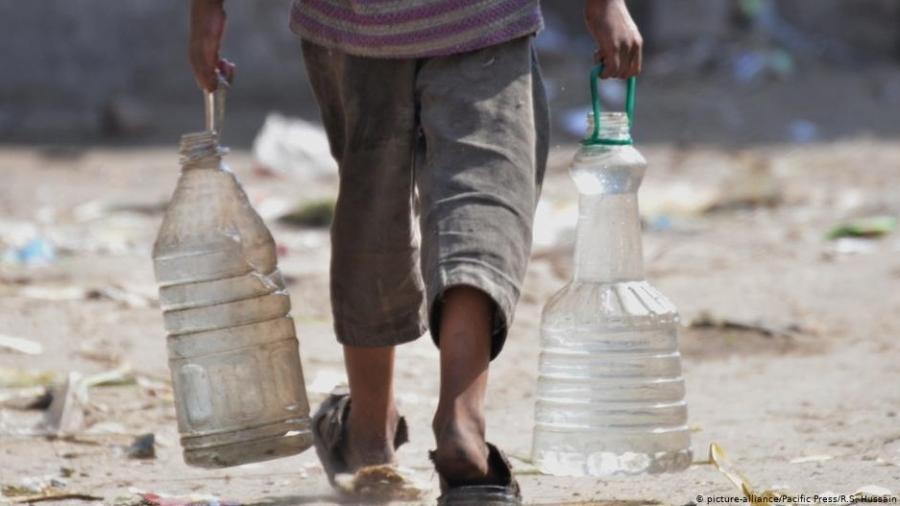 Refugiado carrega água - R.S. Hussain