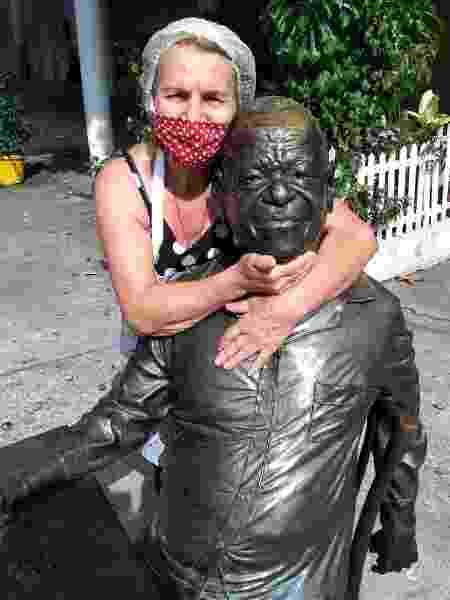 Dondon com a estátua de Pixinguinha na frente de seu bar - Reprodução Facebook - Reprodução Facebook