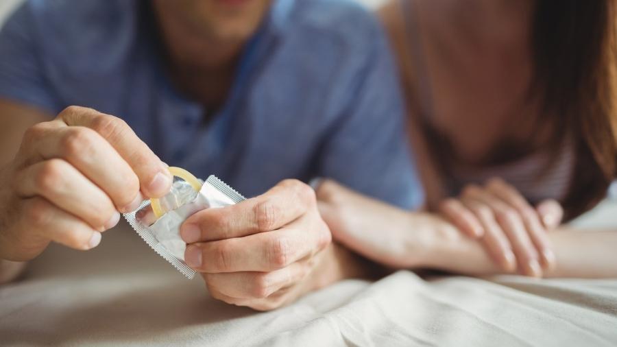 Preservativos masculinos modernos de látex oferecem pelo menos 80% de proteção contra a maioria das infecções sexualmente transmissíveis - Wavebreakmedia/Getty Images/iStockphoto