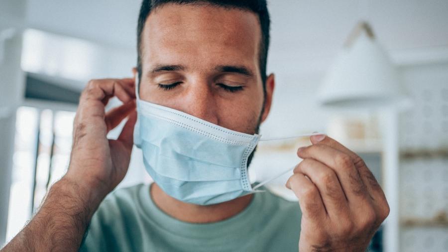 Especialistas discutem se vacinados devem continuar a usar máscara nos EUA - VioletaStoimenova/iStock