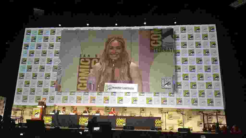 """9.jul.2015 - Jennifer Lawrence fala sobre o filme """"Jogos Vorazes: A Esperança - O Final"""" na San Diego Comic-Con 2015 - Reprodução/Twitter/JLDlite"""