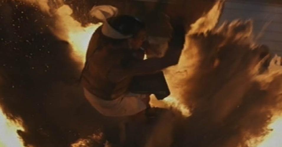 """8.out.2015 - Egípcio é atingido por explosão de fogo durante a sétima praga enviada pelo Deus dos hebreus em """"Os Dez Mandamentos"""""""