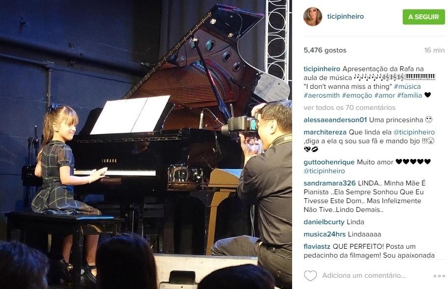 13.dez.2015 - Filha de Roberto Justus e Ticiane Pinheiro, Rafaella Justus se apresenta tocando piano. O momento foi compartilhado pela apresentadora da Record.