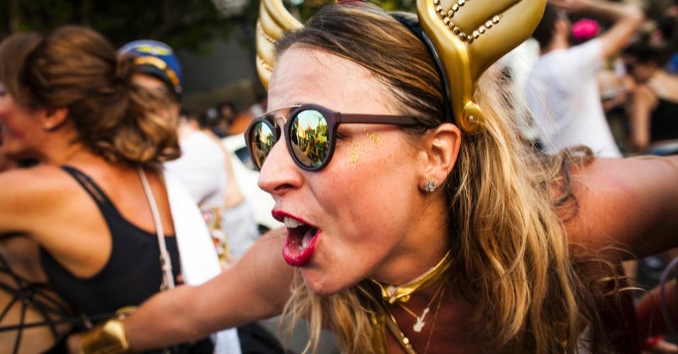 30.jan.2016 - Com fantasias trabalhadas e acessórios criativos, foliões se divertem no desfile do bloco Nu'Interessa, que passa pelas ruas da Vila Madalena, em São Paulo.
