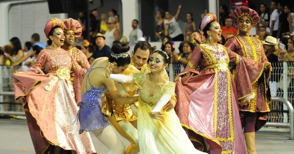 6.fev.2016 - Acompanhados por Sophia Celulari, bailarinos puxaram o desfile da Nenê de Vila Matilde