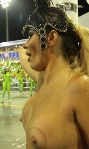 6.fev.2015 - Revoltada por não poder usar o tapa-sexo, Jus Isen tira fantasia deixando os seios à mostra