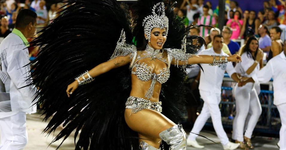 8.fev.2016 - Anitta durante o desfile da Mocidade Independente de Padre Miguel. A cantora vai à frente do carro que representa a ditadura com fantasia de comandante