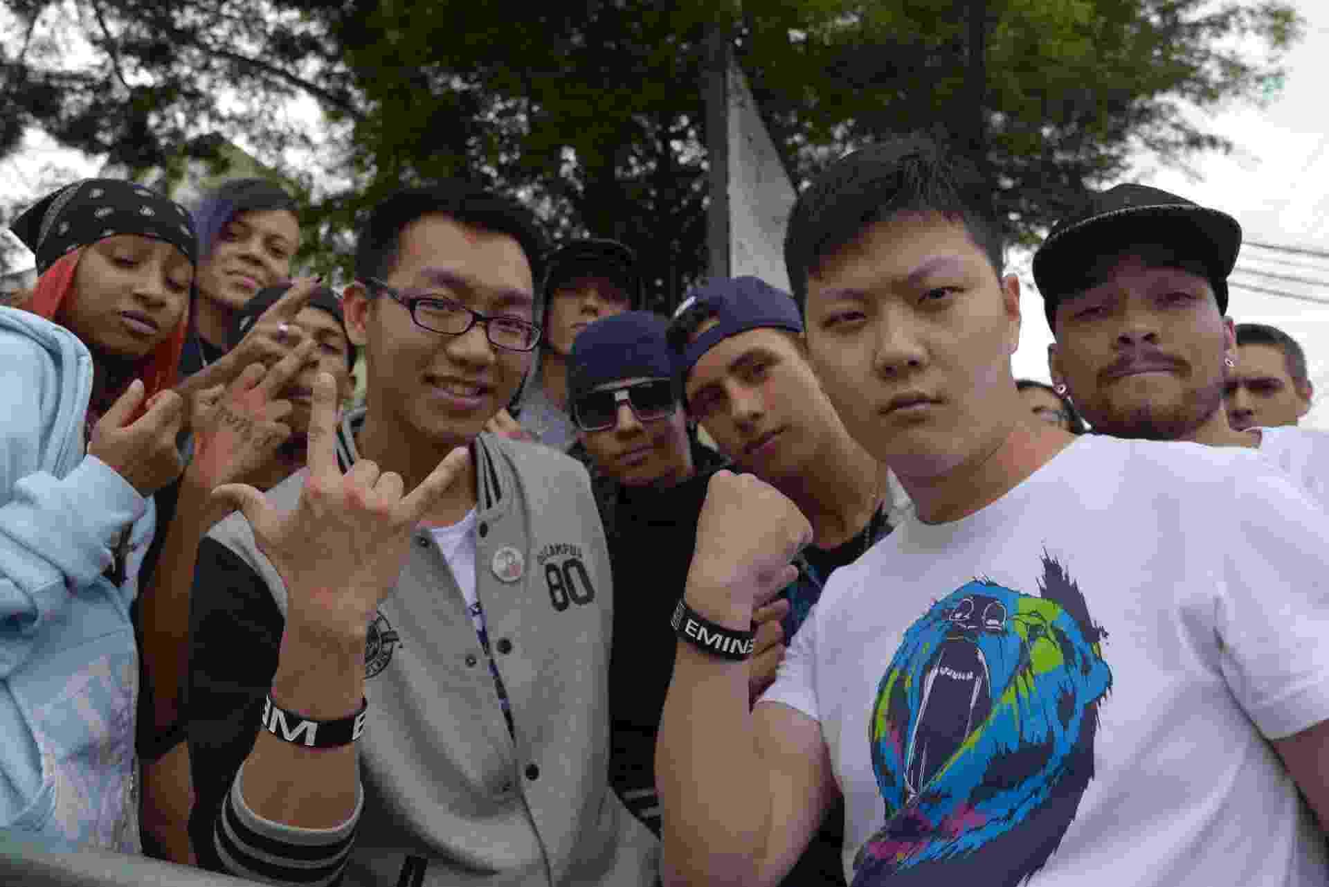 12.mar.2016 - Os amigos chineses de Xangai, Ye Wenhai, 27, e Dai Yun Fei, 28, vieram direto do aeroporto para o Lollapalooza, em São Paulo, para assistir ao show do rapper Eminem - Rafael Roncato/UOL