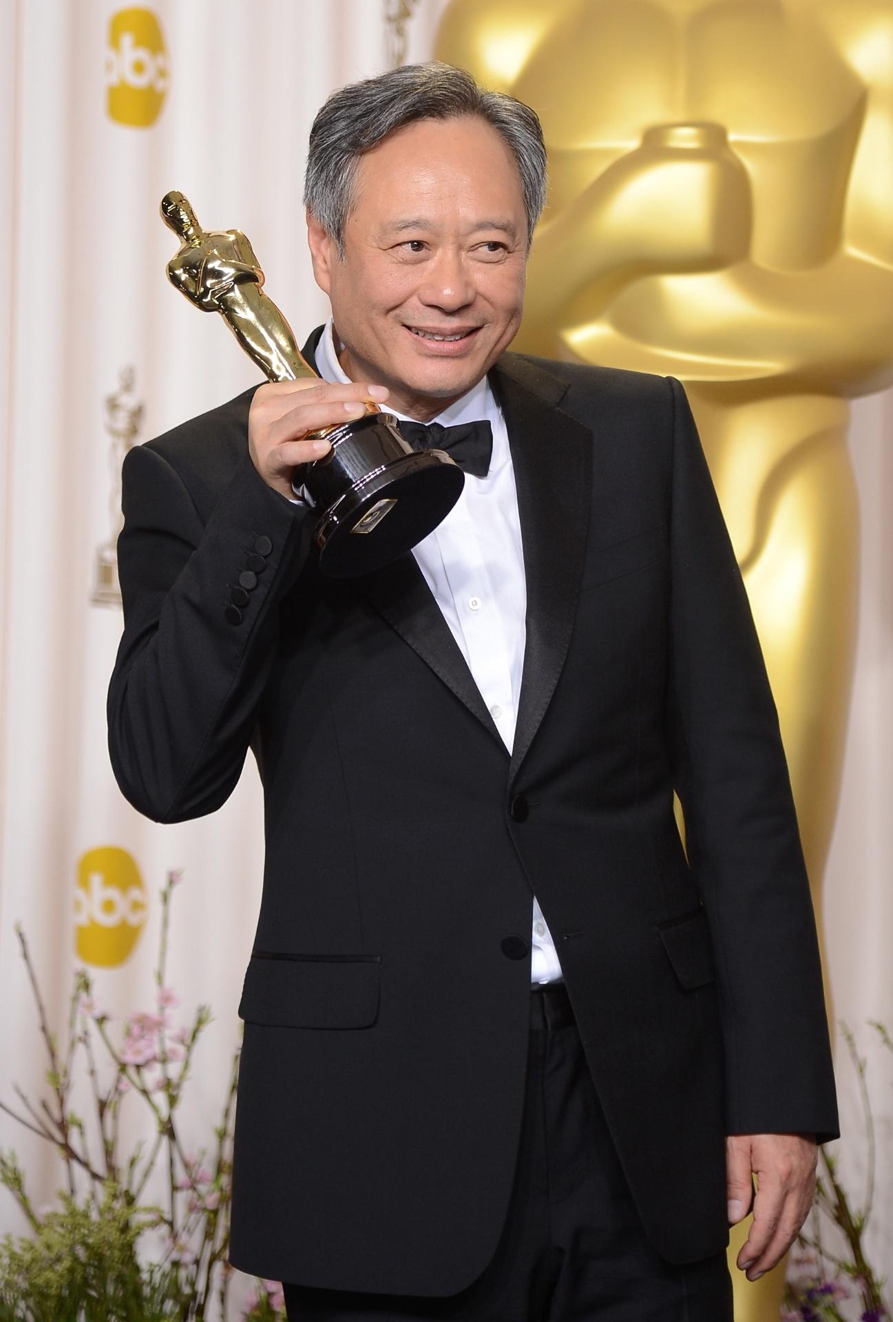 24.fev.2013 - O diretor de cinema Ang Lee posa com sua estatueta do Oscar de melhor diretor pelo filme