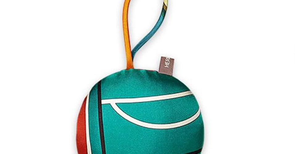 """A """"bola"""" natalina de seda colorida (9,5 cm de diâmetro) é da francesa Petit H!, grife associada a Hermès (www.hermes.com). Há vários padrões de tecidos, todos exclusivos e originais da marca-mãe. Ideal para uma árvore mais arrojada, cada unidade custa US$ 65 ou R$ 219,24 (cotação do dia 9.12.2016)"""