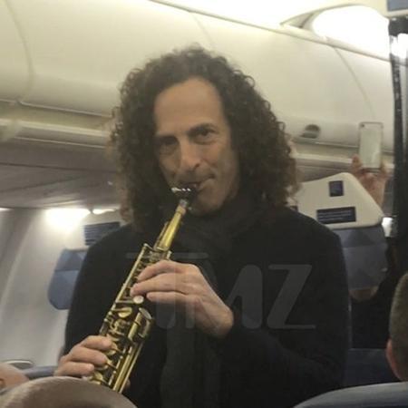 Kenny G. faz show beneficente em um voo nos Estados Unidos - Reprodução/TMZ