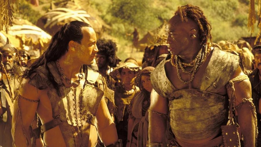 """The Rock e Michael Clarke Duncan em cena de """"O Escorpião Rei"""" (2002) - Divulgação"""