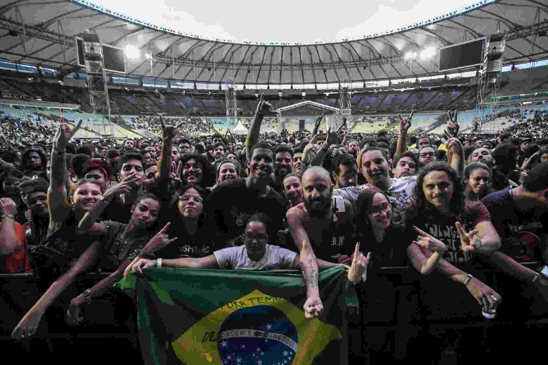O domingo foi dia de rock no Maracanã, bebê! Apesar do tempo nublado, milhares de jovens lotaram o maior estádio de futebol do Rio neste domingo(25) para assistirem shows das bandas Foo Fighters e Queens of the Stone Age - Bruna Prado/UOL