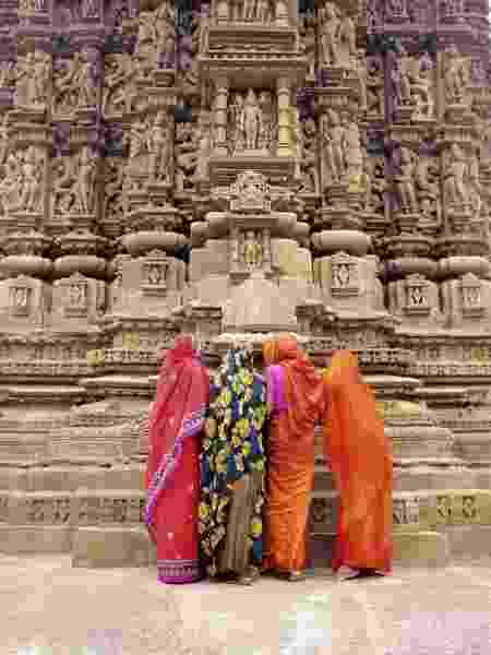 Mulheres indianas observam as esculturas dos templos de Khajuraho - Getty Images - Getty Images