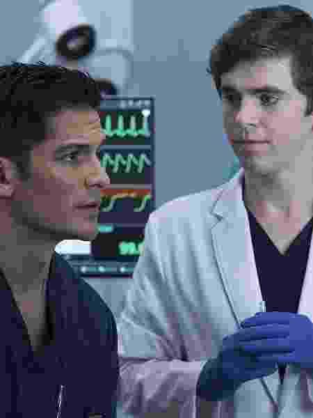 """Melendez (Nicholas Gonzalez) e Shaun Murphy (Freddie Highmore) em cena de """"The Good Doctor"""" - Divulgação - Divulgação"""