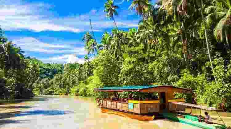 Na província de Bohol, turistas fazem passeios de barco pelo rio Loboc - travnikovstudio/Getty Images/iStockphoto