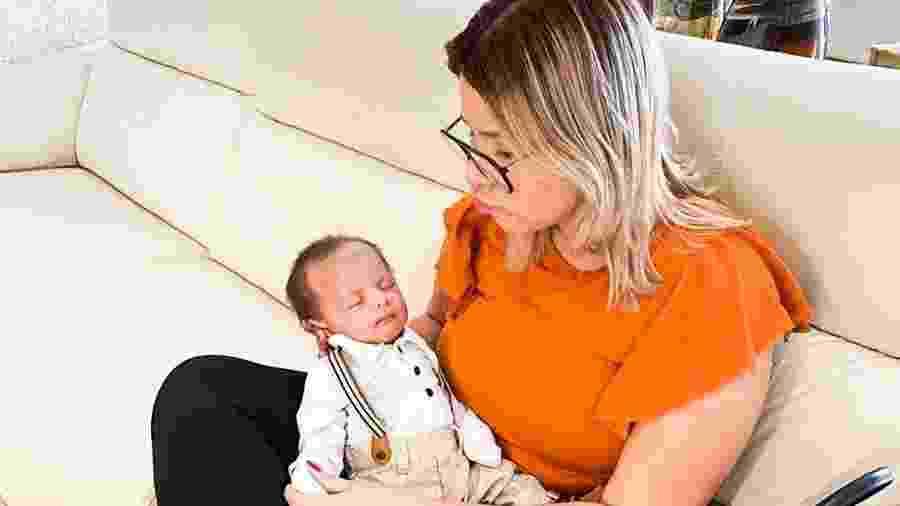 Marília Mendonça e o filho Léo, arrumado para tirar passaporte - Reprodução/ Instagram