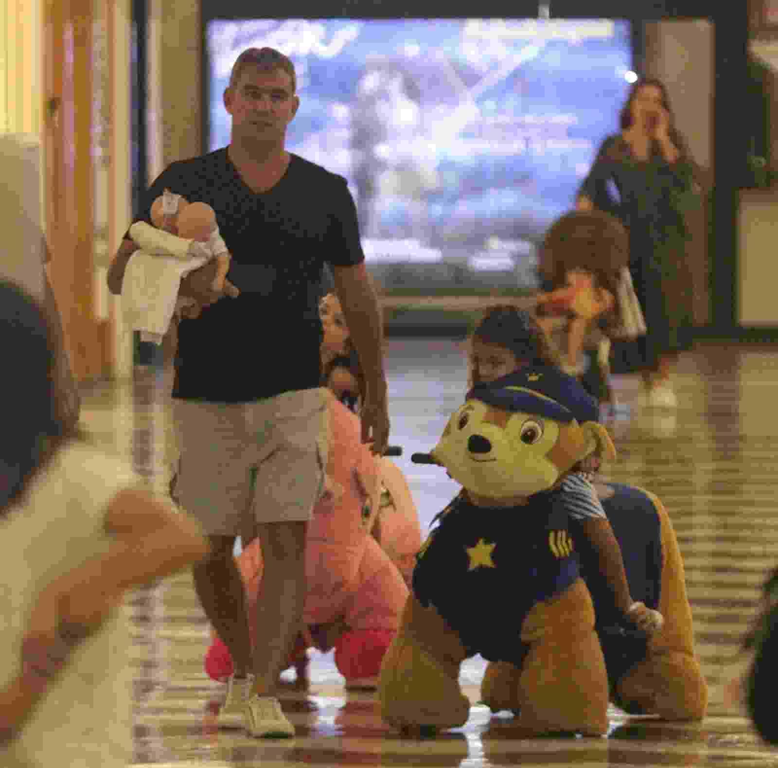 Thierry Figueira surge com filhas gêmeas de 4 anos, Nina e Rafaela, em passeio no shopping - Rodrigo Adão/AgNews