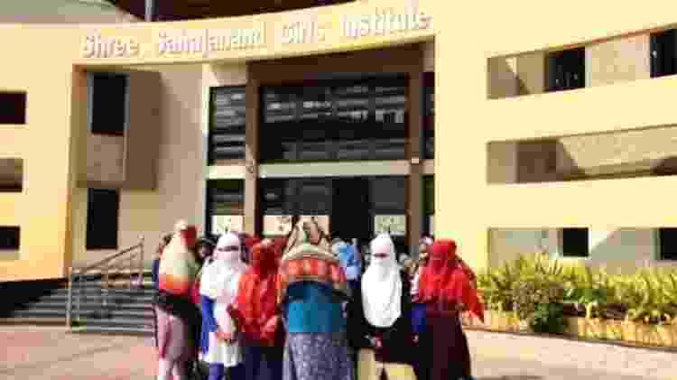 Estudantes da universidade SSGI se reuniram no campus para protestar - BBC Gujarati