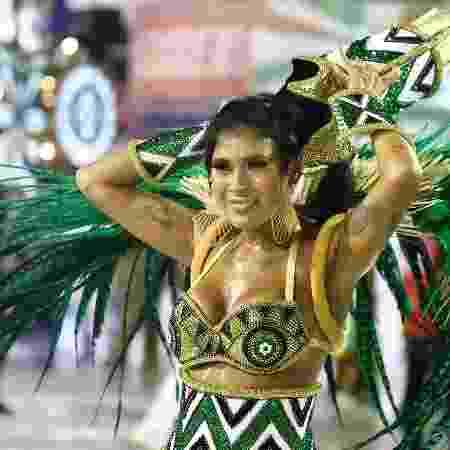 Abalada, Pocah retira acessório de cabeça durante desfile da Grande Rio - Daniel Pinheiro/AgNews - Daniel Pinheiro/AgNews