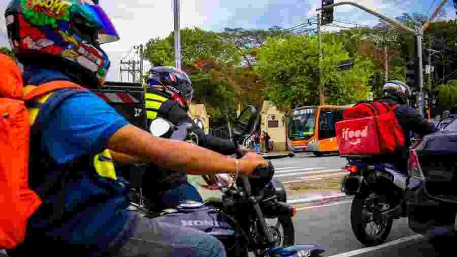 Entregadores de moto no trânsito em São Paulo - Felipe Larozza/UOL