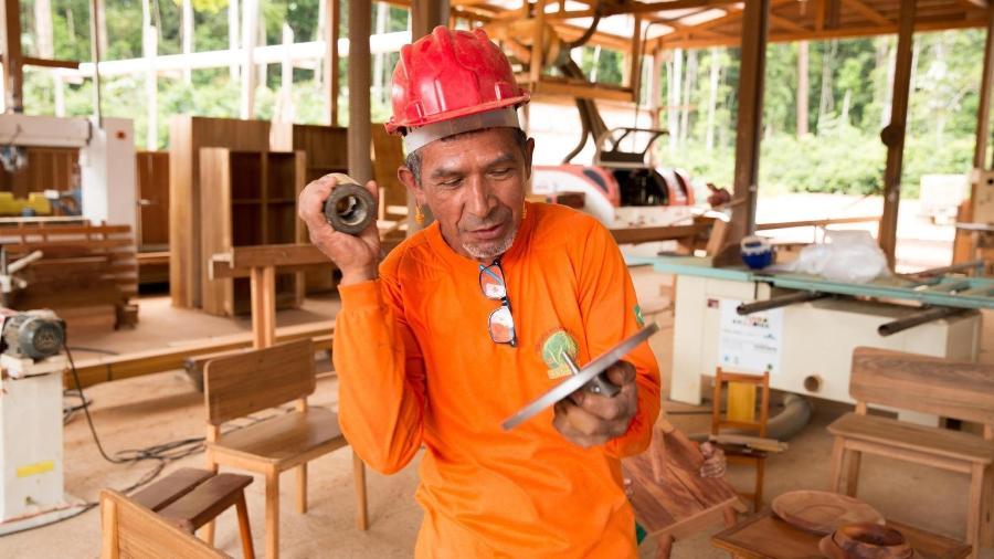 Da Amazônia para a Europa: Jorge Luis, o mais experiente marceneiro entre os moradores da Floresta Nacional do Tapajós, já teve seus móveis vendidos em Milão - BVRio/divulgação