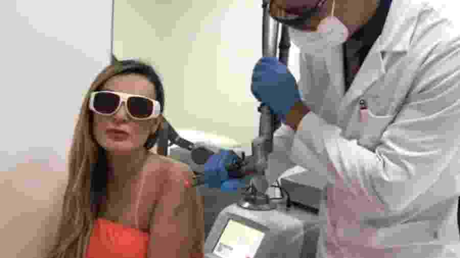 Andressa Urach em sessão para remover tatuagens do corpo - Reprodução/Instagram