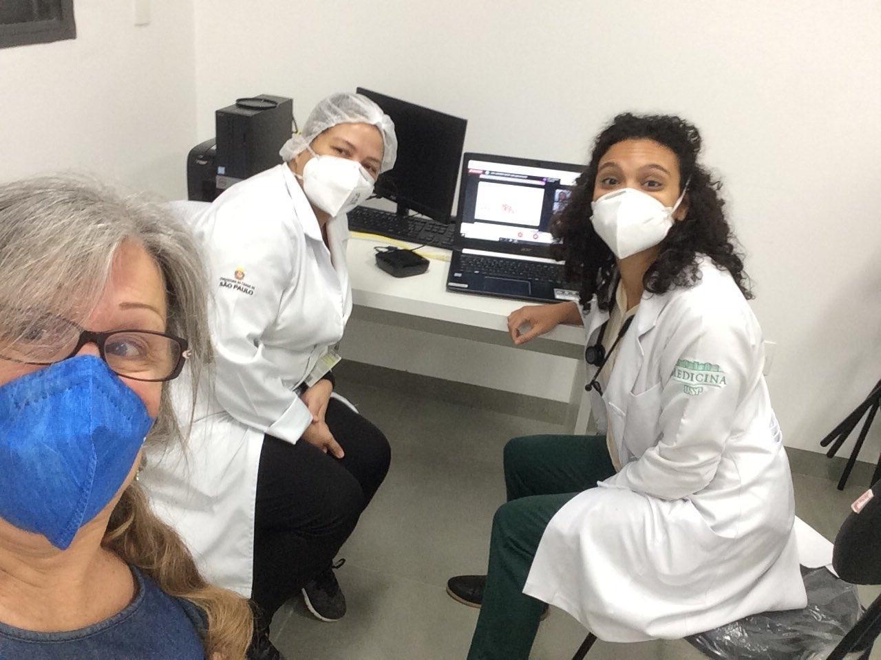 Laerte Coutinho recebendo a 2ª dose da vacina contra covid-19 - Reprodução/Twitter @LaerteCoutinho1