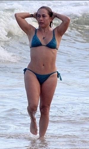 Cissa Guimarães - A apresentadora e atriz de 58 anos também preferiu apostar no básico. O biquíni azul marinho não é muito pequeno, mas também não cobre todo o corpo da artista. A parte de cima, por exemplo, dá segurança sem ser muito recatado