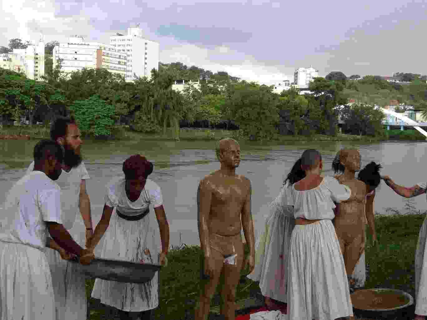 28.dez.2015 - Um grupo de atores de Barra Mansa (RJ) homenageou no rio Paraíba do Sul, às vítimas da lama que vazou de uma barragem em Mariana (MG) - Cleston Teixeira/Divulgação