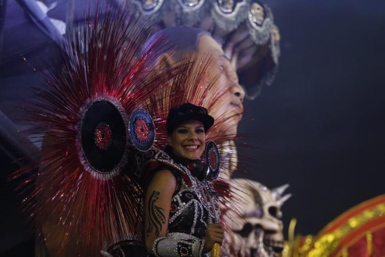6.fev.2016 - A ex-BBB e ex-Miss Brasil Joseane Oliveira foi destaque de carro da Rosas de Ouro, que desfilou na madrugada deste sábado