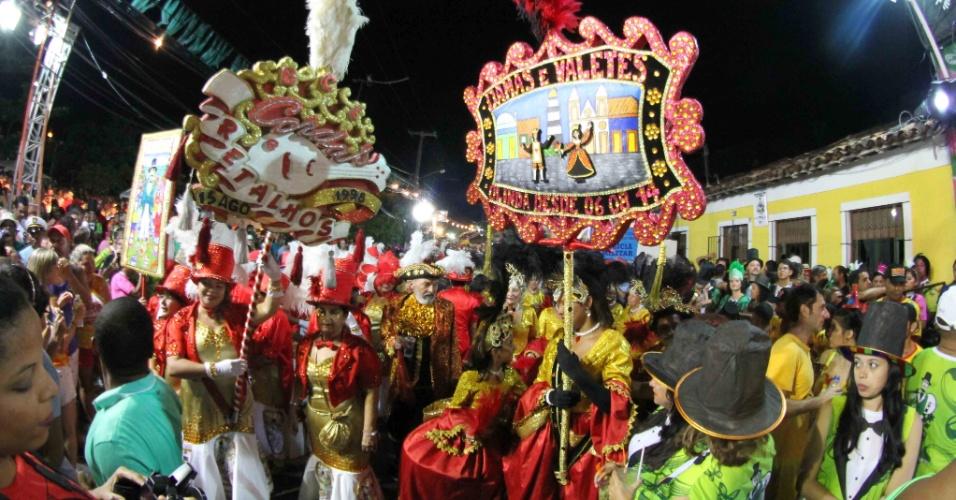 7.fev.2016 - Foliões se divertem durante a passagem do Homem da Meia-Noite, em Olinda (PE)