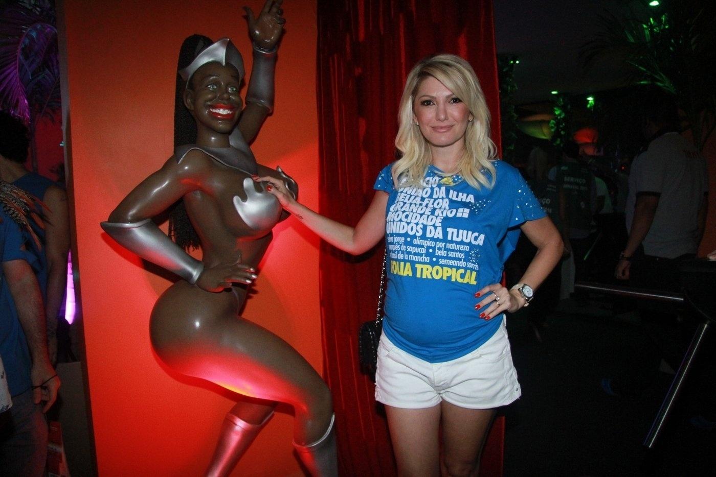 7.fev.2016 - Grávida de três meses, Antônia Fontenelle posou para fotos em camarote na Marquês de Sapucaí e apalpou o seio da escultura de uma boneca decorativa