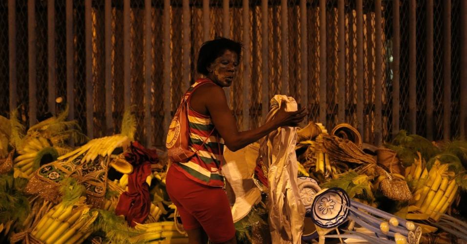 7.fev.2016 - Integrante joga a fantasia, após desfilar na 1º noite da Sapucaí, no Rio de Janeiro