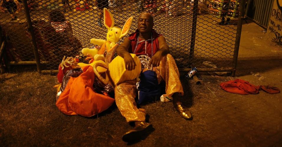 8.fev.2016 - Integrante descansa após desfilar na 1ª noite do Grupo Especial na Sapucaí