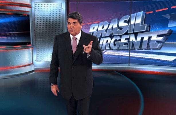 4.mar.2016 - José Luiz Datena puxa orelha de repórter, após trocar nome do programa