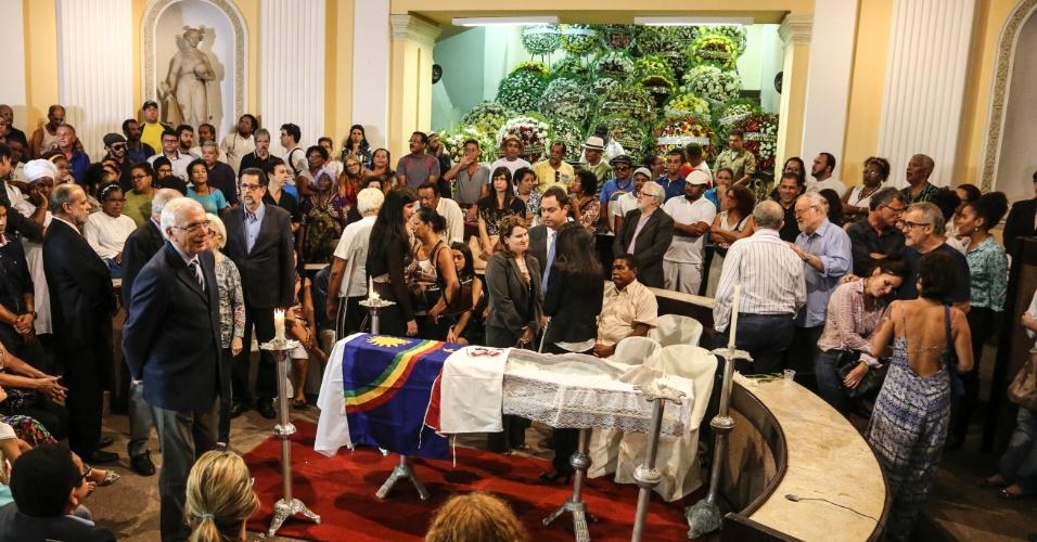 09.mar.2016 - Amigos e familiares se despedem de Naná Vasconcelos durante velório do percussionista na Assembleia Legislativa, no Recife