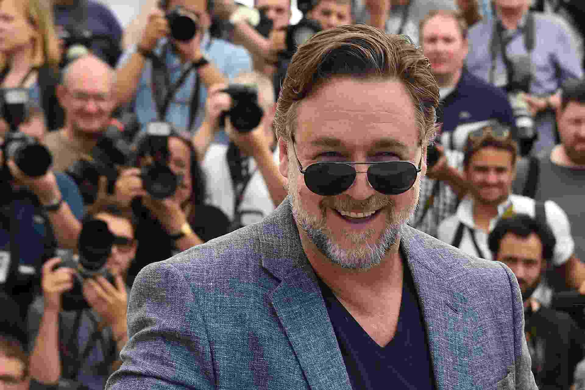 """15.mai.2016- Russell Crowe chega ssoridente para divulgar a comédia """"Dois Caras Legais"""" no 69º Festival de Cannes - REUTERS/Yves Herman"""