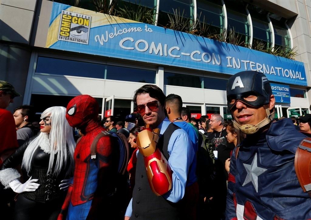 21.jul.2016 - Fãs chegam vestidos de Gata Negra, Homem-Aranha, Homem de Ferro e Capitão América ao primeiro dia de San Diego Comic-Con 2016