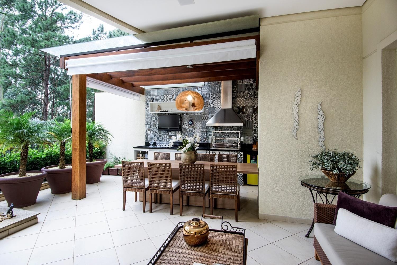 Neste projeto em Alphaville, São Paulo, a arquiteta Paula Ferraz do escritório Cavalcante Ferraz criou para o terraço um pergolado de cumaru que recobre parte da área da churrasqueira. A estrutura foi finalizada com uma cobertura de policarbonato, que evita a chuva ou o sol direto